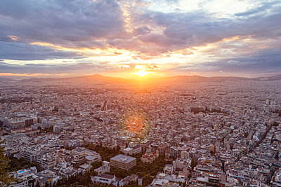 Greece, Attica, Athens, View from Mount Lycabettus over city at sunset - p300m2012876 von Maria Maar