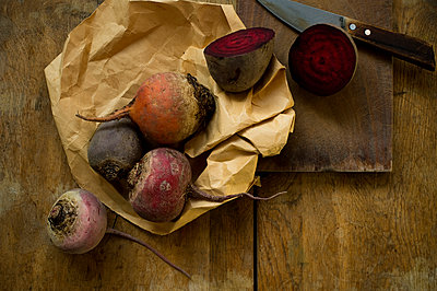 Winter vegetables on rustic wooden background - p300m2264646 by Achim Sass
