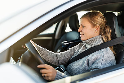Smiling woman in car - p312m1228869 by Michael Jonsson