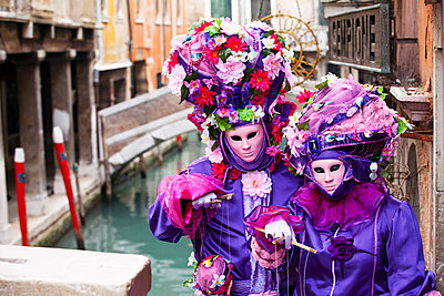 People in Venetian costumes during Venice Carnival - p442m883869 by Kav Dadfar