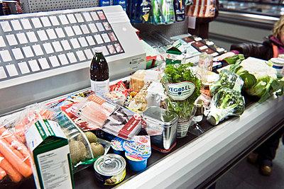 Grocery shopping in supermarket - p896m835155 by Koen Verheijden