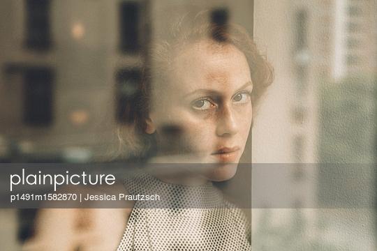 Frau schaut durch Fenster - p1491m1582870 von Jessica Prautzsch