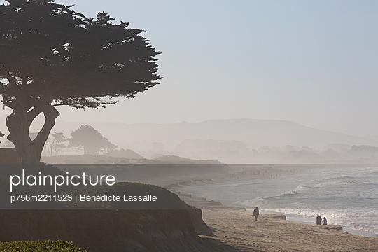 View of Half Moon Bay in the haze, California - p756m2211529 by Bénédicte Lassalle