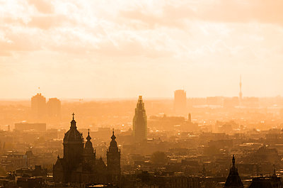 dramatic skyline of the old city of Amsterdam during a stormy weather in Autumn - p1332m1503703 by Tamboly