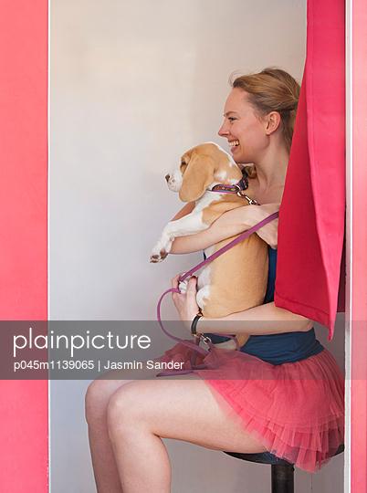 Portrait mit Hund - p045m1139065 von Jasmin Sander