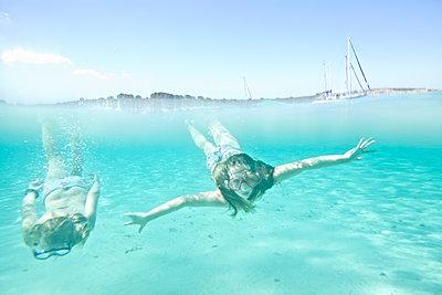 Mädchen unter Wasser - p713m2087664 von Florian Kresse