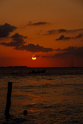Isla Mujueres sunset at the seaside - p758m1154862 by L. Ajtay