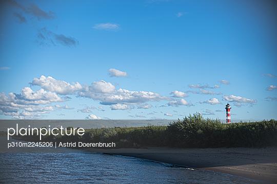 Leuchtturm an der Elbe - p310m2245206 von Astrid Doerenbruch