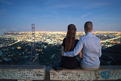 Rear view of couple looking away at view, Runyon Canyon, Los Angeles, California, USA - p924m1422784 by Raphye Alexius