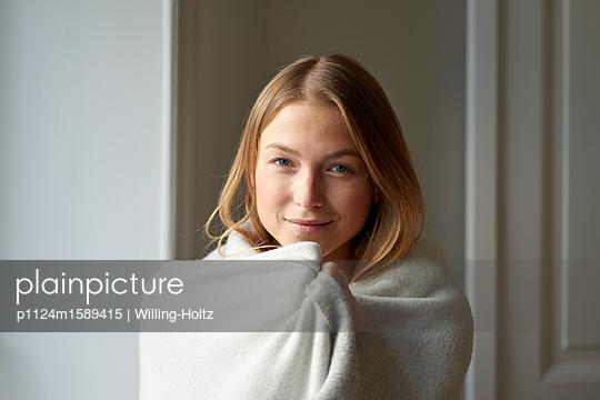Junge Frau in ein Badetuch gewickelt - p1124m1589415 von Willing-Holtz