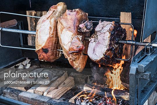 Czech Republic, Close-up of porkspit-roasting outdoors - p300m2166646 by Studio 27