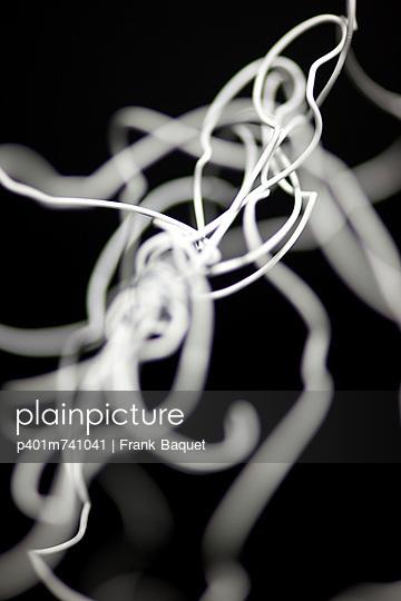 plainpicture - plainpicture p401m741041 - Weißer Draht verknotet ...
