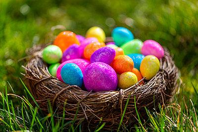 Sparkling Easter eggs in nest - p300m2083826 von Sandra Roesch