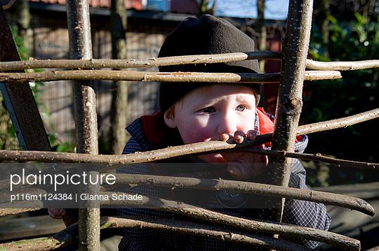 Junge eingesperrt - p116m1124384 von Gianna Schade