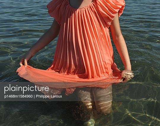 Kleines Mädchen watet durch Wasser - p1468m1584960 von Philippe Leroux
