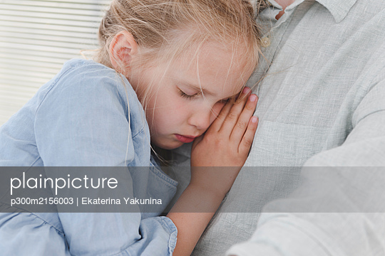 Sleeping girl leaning against father's chest - p300m2156003 by Ekaterina Yakunina