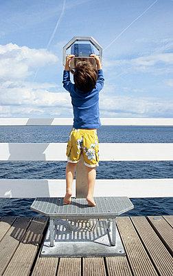 Junge an der Ostsee mit Fernrohr - p0452151 von Jasmin Sander