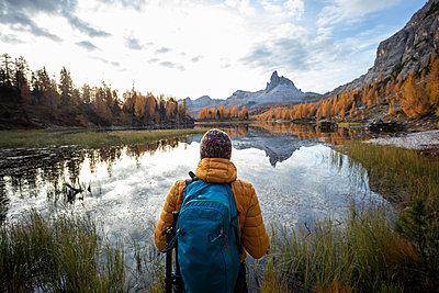 Man hiking at Dolomites Alps, Veneto, Italy - p300m2144089 by 27exp