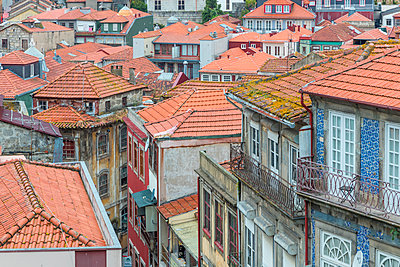 Houses in the traditional Ribeira Neighborhood, UNESCO World Heritage Site, Porto, Portugal, Europe - p871m2023363 by Oliver Wintzen