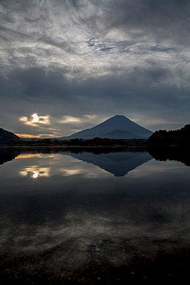 Vulkan bei Sonnenuntergang - p958m1582888 von KL23