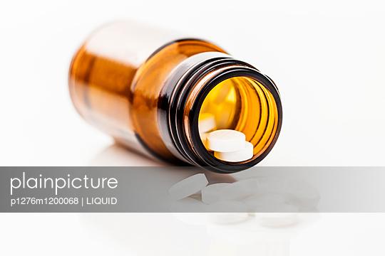 Glas mit Tabletten - p1276m1200068 von LIQUID