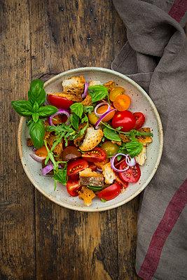 Panzanella made of roasted Ciabatta, rocket, red onions, tomatoes and basil - p300m2012854 by Larissa Veronesi