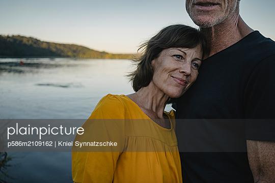 Portrait of mature couple at Lake Baldeneysee - p586m2109162 by Kniel Synnatzschke