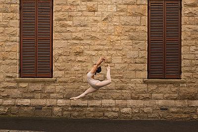 Urban dancer dancing in the city - p1315m2056410 by Wavebreak
