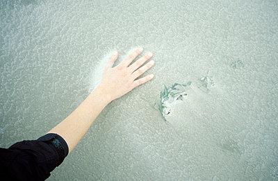 Hand auf Sand - p2190040 von Carsten Büll