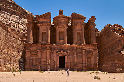 Woman standing in front of the Ad Deir in Petra, Jordan - p300m2199021 by Veam