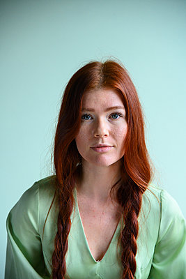 Red-haired woman, portrait - p427m2181285 by Ralf Mohr