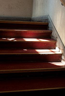Treppenhaus mit Lichteinfall - p627m1035178 von Carla Brno