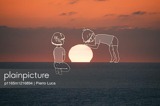 Imaginäre Kinder berühren die untergehende Sonne - p1165m1216894 von Pierro Luca