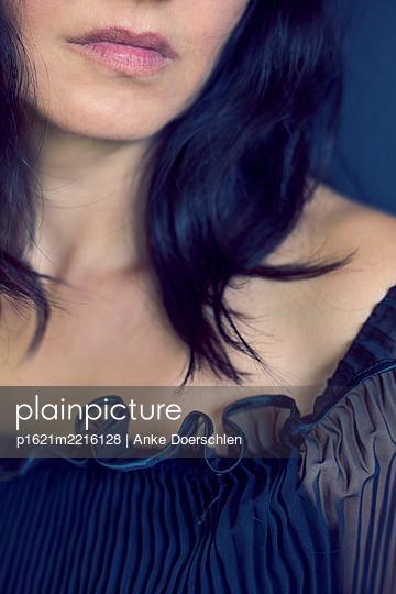 Frau im schwarzen Abendkleid - p1621m2216128 von Anke Doerschlen