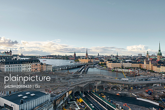 Bridges, railway tracks, church tower, cityscape and water canal, Stockholm, Sweden - p429m2068433 by Gu