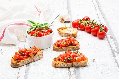 Bruschetta with tomato, basil, garlic and white breah - p300m2023509 by Larissa Veronesi