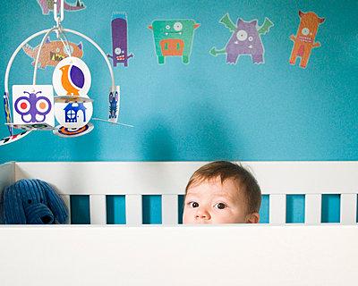 Baby in seinem Bettchen - p5410161 von Sylvia Serrado