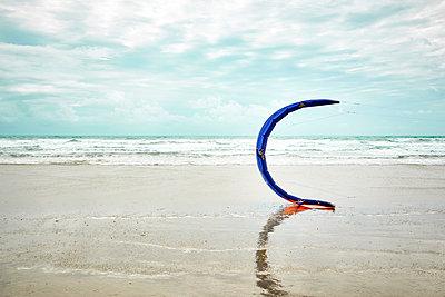 Einzelnes Kite im Wind auf dem Strand - p851m2289522 von Lohfink