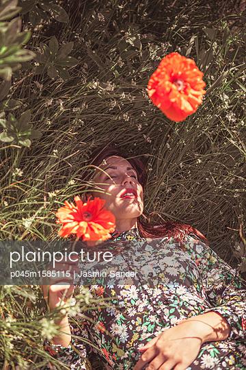 Dösen inmitten Wildblumen - p045m1585115 von Jasmin Sander