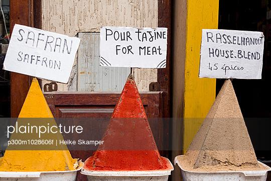 Morocco, Essaouria, spice pyramides - p300m1028606f by Heike Skamper