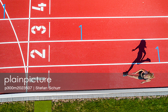 Athletic sports, female sprinter, finish from above