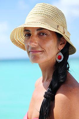 Woman on holidays - p045m892878 by Jasmin Sander