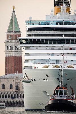 Riesiges Kreuzfahrtschiff vor dem Dogenpalast und Campanile vom Markusplatz, Venedig II - p1493m1585628 von Alexander Mertsch