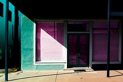 Licht und Schatten vor einem Ladengeschäft - p1693m2291587 von Fran Forman