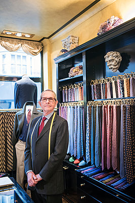 Senior tailor wearing shirt and tie in tailors shop, portrait - p429m2004153 by G. Mazzarini