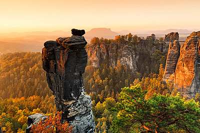 View from Wehlnadel rocks to Bastei Bridge in Elbe Sandstone Mountains, Germany - p871m2077766 by Markus Lange