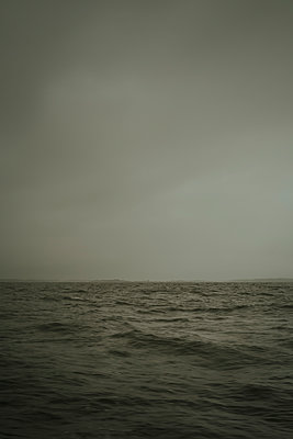 Bedeckter Himmel über dem Meer - p1255m1152844 von Kati Kalkamo