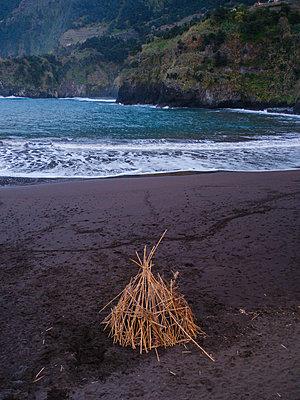 Portugal, Madeira, Lava beach - p1600m2175644 by Ole Spata