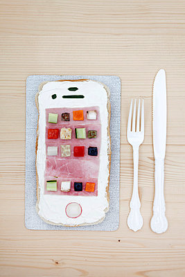 Smartphonebrot - p238m831897 von Anja Bäcker