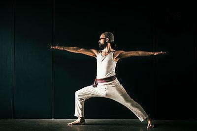 Yoga teacher Dirk Steins aka Keshava Prana working out. - p300m2276855 von Malte Jäger